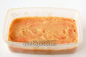 Ещё раз повторить слои: на морковь выложить 1/3 куриной массы. На массу — полоски моркови. Сверху — последнюю 1/3 куриной массы.