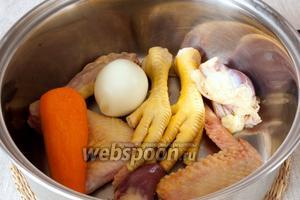 Подготовить потроха: удалить плёнки с внутренностей, с ножек срезать когти, снять кожу с шейки. В кастрюлю поместить потроха, очищенные лук и морковь. Залить холодной водой. После закипания варить 1 час. Печень нужно отварить в отдельной кастрюльке.