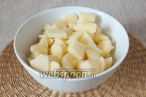 Пока варится бульон почистить картофель и нарезать его небольшими кусочками.