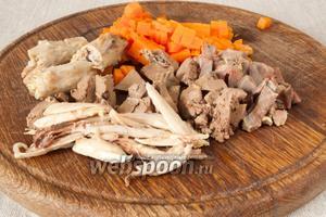 Отварную морковь мелко нарезать. Также измельчить куриные потрошка, отваренную отдельно печень. Шею разрезать на 3-4 части. Лук удалить.