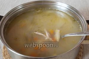 Добавить морковь и потроха в суп, попробовать на соль. Добавить немного сухого укропа. Довести до кипения и снять с огня. Суп готов.