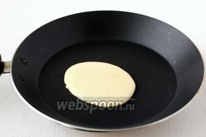 Для приготовления хоткейков понадобится сковорода с антипригарным покрытием. Сковороду разогреть и снизить огонь до среднего. Снять сковороду с огня, поместить её на 1-2 секунды на мокрое полотенце или холодную подставку. На середину сквороды выложить полную столовую ложку теста и вернуть сковороду на огонь.