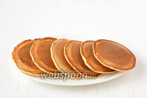 Аналогичным образом приготовить все хоткейки. Подавать хоткейки с сиропом, вареньем или мёдом.