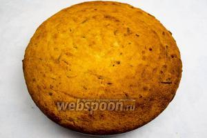 Пирог очень легко будет вынуть из керамической формы. Остудить.