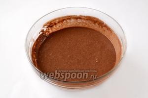 Соединяем обе массы, добавляем разрыхлитель, просеиваем муку вместе с какао, замешиваем негустое тесто.