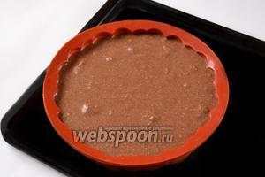 Выливаем тесто в форму. Силиконовые формы не нужно смазывать перед приготовлением пирогов, металлическую, конечно, нужно смазать маслом. Выпекаем около 40 минут при температуре 180°C. Готовность проверяем лучинкой, она должна быть сухой после погружения в пирог.