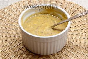 Для соуса соединить оба вида горчицы, мёд, уксус, соль, очищенный и измельчённый чеснок. Перемешать добавить растительное масло. Ещё раз перемешать.