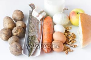 Для приготовления запеканки нам понадобится щука, картофель, куриные яйца, грецкие орехи, молоко, белый лук, яблоко, морковь, белый хлеб, солёное сало, соль, чёрный молотый перец. Для приготовления соуса нам понадобится сметана 20% жирности, горячая кипячённая вода, сухой укроп и соль.  Первым делом отвариваем морковь и куриные яйца.
