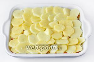 Картофель чистим, нарезаем тонкими кольцами и выкладываем поверх яичного слоя.