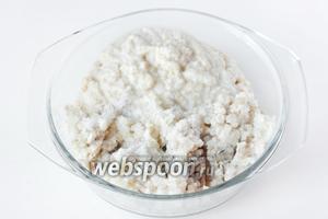 Пропускаем через среднюю сетку мясорубки нарезанные в шаге 4 продукты, а также хлеб, замоченный в молоке.