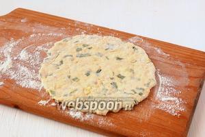 Раскатать каждую часть теста в лепёшку толщиной 0,5-0,8 см на подпылённой мукой доске.