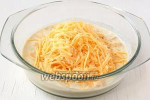 Сыр натереть на тёрке с крупными отверстиями и добавить к смеси.