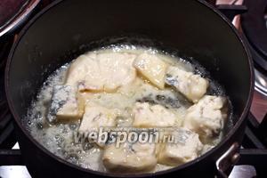 Растопите немного сливочного масла в кастрюле и добавьте сыр Горгонзола порезанный на квадратики. Растопите сыр, чтобы получить крем. Можете добавить пару столовых ложек молока.