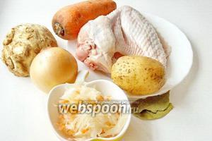 Для приготовления щей из квашеной капусты понадобятся: мясо индейки, квашеная капуста, картофель, морковь, корень сельдерея, лук репчатый, лавровый лист, соль и перец чёрный молотый.