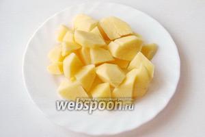 Картофель нарезаем кубиками.
