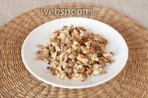 Грецкие орехи немного обжарить на сухой сковородке, измельчить.