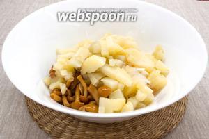 Добавить картофель, нарезанный небольшими кубиками.