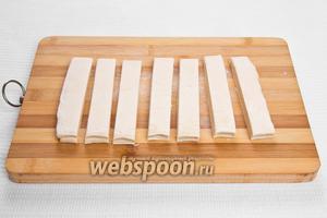 Нарезаем раскатанное тесто полосками шириной около 2 см.