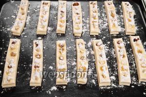 Затем посыпаем полоски сахарной пудрой и ставим в духовку на 15 минут при температуре 180°C.
