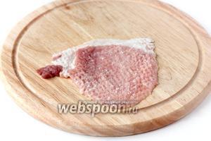 Теперь формируем рулетики. Берём один кусок отбитого мяса немного его солим (по щепотке соли на один кусок мяса).