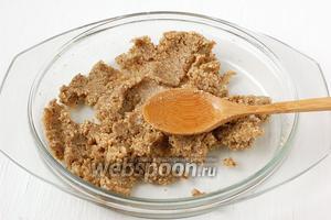 Небольшими порциями втирать подсолнечное масло в ореховую смесь.