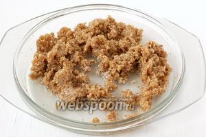 Когда всё подсолнечное масло будет добавлено в орехи, по одной столовой ложке добавлять воду, хорошо растирая.
