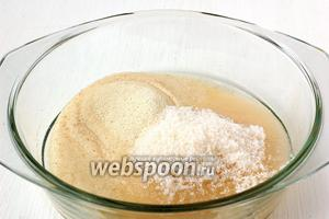 Соединить манку, сахар и воду. Пусть эта смесь настоится 1-2 часа.