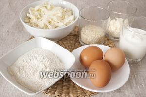 Подготовить необходимые продукты: нашинкованную белокочанную капусту, муку, яйца, сметану, майонез, кунжут.