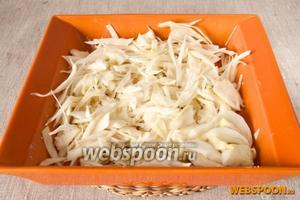 В смазанную сливочным маслом форму для запекания выложить капусту.