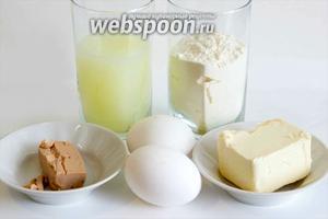 Для приготовления теста вам понадобится свежая молочная сыворотка, куриные яйца, сливочное масло и пшеничная мука.