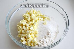 Смешайте все «сухие» ингредиенты: муку, 3 ч. л. разрыхлителя, 1/4 ч. л. соли, сахар и порубленный шоколад.
