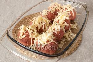 Сформировать шарики. Выложить в форму с высокими краями, смазанную сливочным маслом. Сверху посыпать натёртым на крупной тёрке сыром.