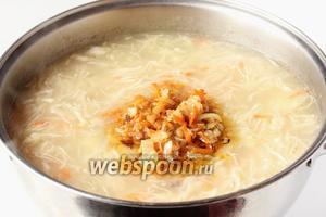 На этом этапе суп пробуем и досаливаем по своему вкусу. После добавляем зажарку вместе с маслом со сковороды.