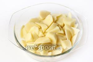 Картофель чистим и нарезаем небольшими кусочками.