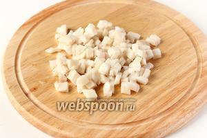 Сало (свежее или солёное) нарезаем мелкими кубиками.