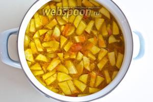 Когда рис набух, смешайте его с сухофруктами, яблоками и морковью. Добавьте столовую ложку масла и мёда. Посолите и перемешайте. Поставьте в разогретую до 190°C духовку и готовьте, пока рис не впитает всю воду и не станет мягким.