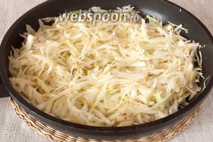 Капусту, очищенный и измельченный лук немного обжарить на растительном масле.