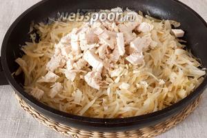Добавить нарезанное небольшими ломтиками куриное филе и измельчённый очищенный зубок чеснока. Перемешать.