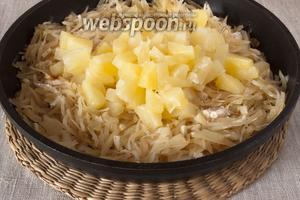 Добавить кусочки ананаса, соевый соус, немного чёрного молотого перца и крахмал. Перемешать. Тушить ещё 5 минут.