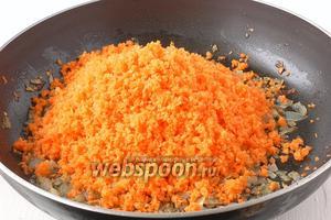 Добавить морковь к луку.