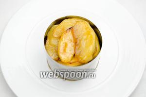 Для приготовления десерта, можно использовать формовочное кольцо. Выложить плотно дольки карамелизированных яблок в формовочное кольцо.