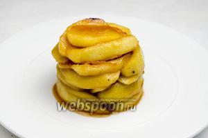 Кольцо снять. Полить яблоки образовавшейся яблочной карамелью или любым вареньем.