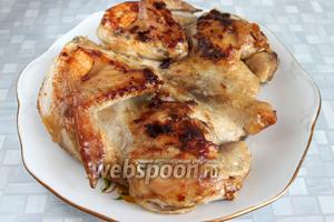 Проверить готовность цыплёнка — в самом толстом месте нож входит свободно, выделяемый сок — прозрачный. Выкладываем цыплёнка на блюдо и зовем всех к столу!