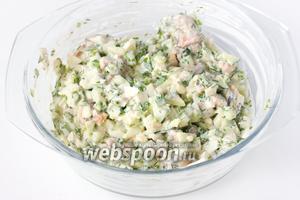 Перемешиваем салат и, разложив в порционные салатники, подаём к столу!
