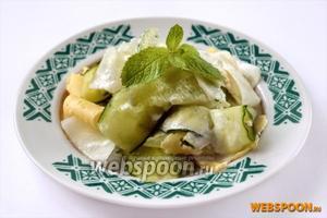 Подаем салат порционно, полив сметанный соусом. Этот салат не должен стоять ни минуты, наслаждаемся вкусом салата сразу после приготовления.