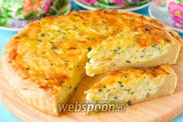 Фото Открытый пирог с луком, яйцом и сыром
