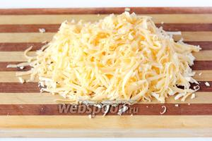 Твёрдый сыр натираем на крупной тёрке.