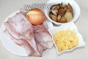 Для приготовления блюда понадобится: замороженные кальмары и белые грибы, лук, твёрдый сыр.