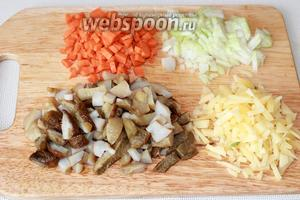 Овощи, грибы и сыр нарезать мелко нарезать.