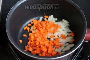 В сотейнике разогреть масло и слегка обжарить лук и морковь.
